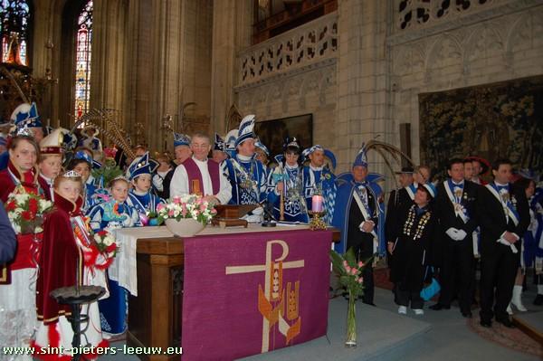 Carnaval Halle: kaarsofferande in de basiliek