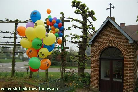 2009-04-18-75jaar-ontbijt-balonnen