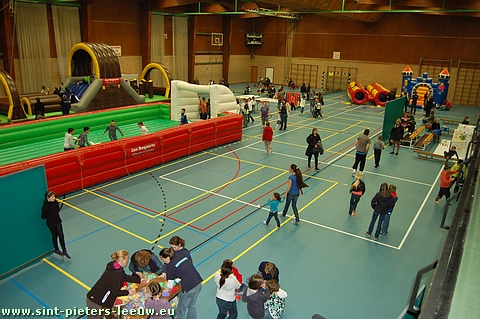 De buitenspeeldag in Sint-Pieters-Leeuw ging door het stormweer door in de sporthal.