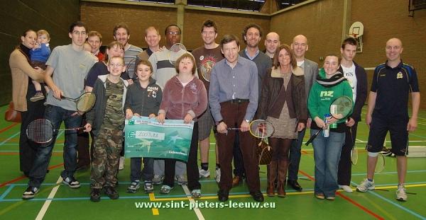2012-12-09-FriS-ontvangt-2000-euro-van-Wise-Consult