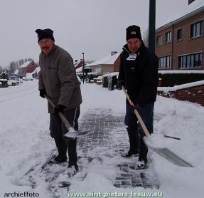 archieffoto-sneeuw-ruimen-stoep