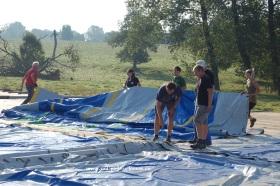 2013-08-09-hoebelfeesten_Vlezenbeek_opbouw-tent_05