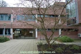 2014-02-28-gemeentehuis_Sint-Pieters-Leeuw_ingang_loketten
