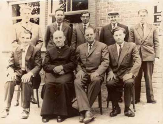 """Foto van de stichters """"Mariacomiteit"""" uit 1964 bij de viering van de tiende verjaardag van de kaarskensprocessie."""