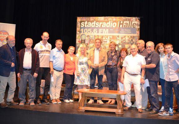 De crew van Stadsradio Halle samen met Will Tura