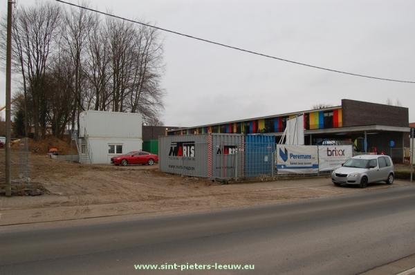 Links op de foto de werfzone waar het kinderdagverblijf zal komen, rechts de nieuwe GO School.