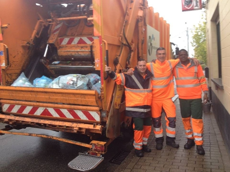 Milieuschepen Gunther Coppens hielp Alain en Mpila tijdens hun PMD ophalingsronde