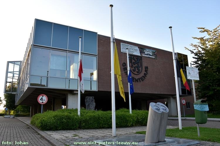 2017-08-18-vlaggen-halfstok