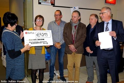 2017-11-18-zwemmarathon_Sint-Pieters-Leeuw_bekendmaking-bedrag_1