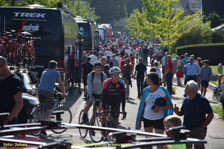 ploegbussen aan start 5de etappe BinckBank Tour in Sint-Pieters-Leeuw