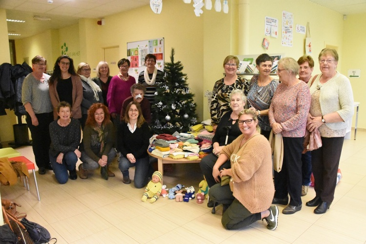 2019-12-09-Lokale dienstencentra schenken mutsen en sjaals aan - Ruilhuisje